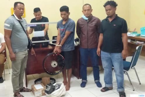 AM tersangka pelaku pencurian dengan pemberatan ditangkap Tim Opsnal Reskrim Polres Pasbar. RIZAL