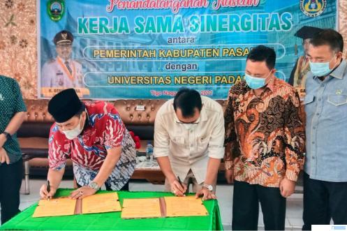 Bupati Pasaman Benny Utama, SH, MM dan Rektor UNP Prof. Ganefri, Ph.D menandatangani naskah kerja sinergitas pembangunan Kampus UNP di Pasaman, Sabtu (31/07/2021) di Pasaman. DOK. PEMKAB PASAMAN