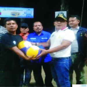 Bupati Pasbar Yulianto menyerahkan bantuan bola voli kepada panitia