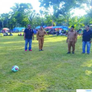 Bupati Pasbar, Yulianto menendang bola menandai dibukanya Open Turnamen Futsal se-Kecamatan Kinali, Senin (09/03/2020). RIZAL