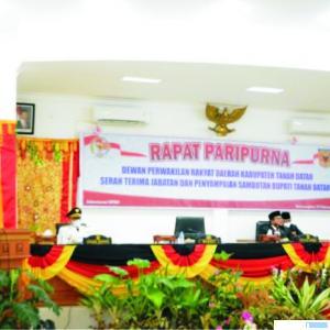 Bupati Tanah Datar Eka Putra menyampaikan pidato perdananya setelah dilantik menjadi Bupati Tanah Datar, Sabtu (27/02/2021) pada Sidang Paripurna Sertijab Bupati. HUMAS