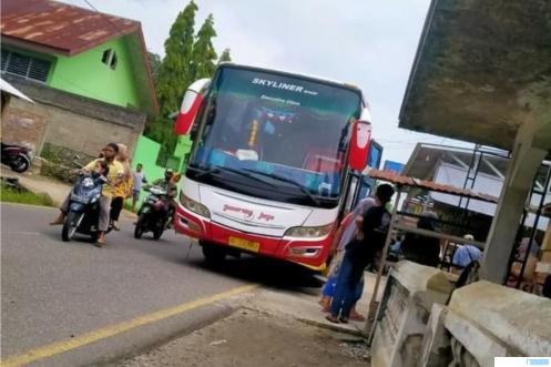 Bus Gumarang Jaya menabrak lima murid SD di Jalan Raya Padang Panjang-Solok, tepatnya di Kenagarian Batipuh, Tanah Datar, Kamis (15/04/2021). PROKABAR.COM