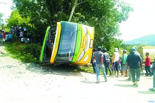 Bus Pariwisata AB 7078 AS yang mengangkut 30 orang penumpang dari Nagari Sirukam Kecamatan Payung Sekaki menuju obyek wisata Bukit Chinangkiak Nagari Singkarak Kecamatan X Koto Dibawah, terbalik di pendakian pertama, Senin (02/11/2020) sekitar pukul 12.00 WIB. Akibatnya 15 orang luka luka berat dan ringan. JON