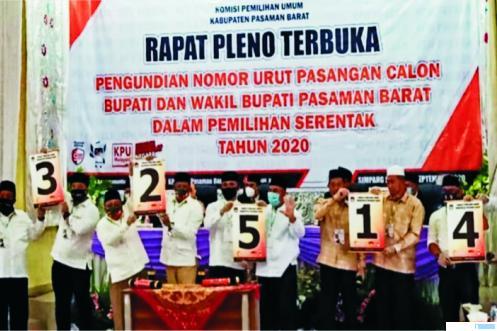 Pasangan Cabu-Cawabup Pasbar memperlihatkan nomor urut masing-masing usai pencabutan nomor urut yang dilaksanakan KPU Pasbar, Kamis (24/09/2020). RIZAL