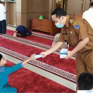 Camat Payakumbuh Timur, Irwan Suwandi membagikan masker ke jamaah masjid, Senin (03/05/2021). IST