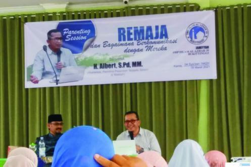Direktur Lembaga Edukasi Karakter Bangsa, H. Alber Nashir Dt. Bilang (kanan), menjadi narasumber pada pelatihan Komunikasi Orang Tua dan Anak untuk orang tua siswa SMP Islam Al Azhar Bukittinggi, Kamis, (18/03/2021) (IST).