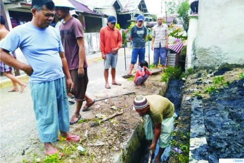 Warga Perumahan Gunung Sari, Gunung Medan, membersihkan saluran air yang sudah mulai tersumbat. DI