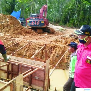 Ketua DPRD Kabupaten Dharmasraya, Pariyanto SH saat memantau proyek embung di Nagari Panyubarangan Timpeh, Kabupaten Dharmasraya. IST