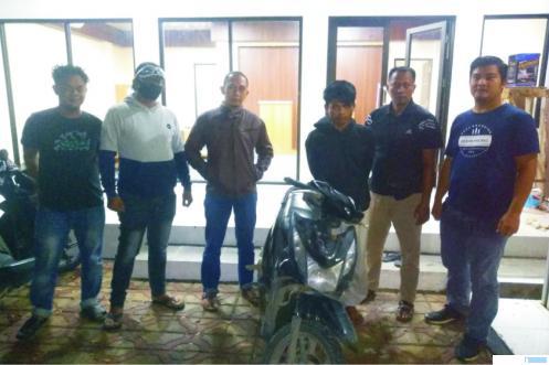 RA (20) tersangka pencurian sepeda motor berhasil ditangkap Reskrim Polres Pasbar, Rabu (31/03/2021) ditunjukkan oleh polisi. RIZAL