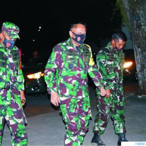 Komandan Pusat Teritorial Angkatan Darat (Danpusterad) Letjen TNI Wisnoe Prasetya Budi (tengah) disambut oleh Dandim 0309/Solok Letkol Arm Reno Triambodo (kiri) saat Danpusterad singgah dan berwisata di Pesanggrahan Dermaga Danau Singkarak, Kamis (15/10-2020). JON