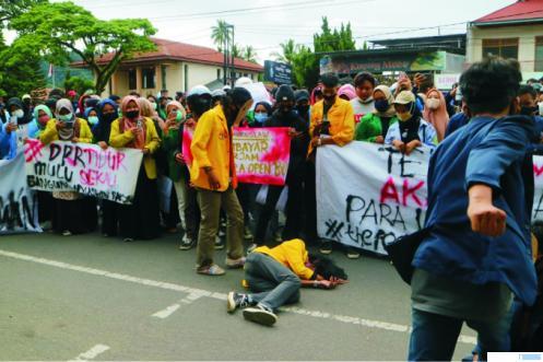 Ratusan mahasiswa yang tergabung dalam Aliansi Mahasiswa Kota Payakumbuh dan Kabupaten Limapuluh Kota menggelar demo di Kantor DPRD Kota Payakumbuh, Jumat (09/10/2020). Mereka juga menggelar drama/teatrikal. SYN