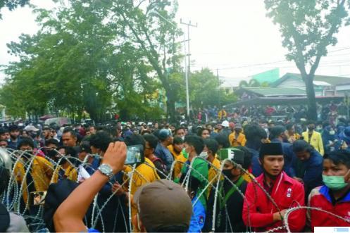 Aksi unjuk rasa di Gedung DPRD Sumbar, Kamis (08/10/2020). IST