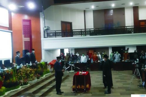 Pelantikan Deswanto sebagai Anggota DPRD Sumbar oleh Ketua DPRD Sumbar, Supardi, Kamis (07/01/2021). Deswanto menggantikan Syahrul Furqon yang meninggal dunia 31 Oktober 2020 lalu. TRIBUN SUMBAR