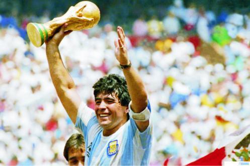 Diego Maradona, Kapten Tim Nasional Argentina mengangkat tropi Piala Dunia saat membawa negaranya menjadi Juara Dunia Sepakbola Tahun 1986. Pesebakbola hebat itu meninggal, Rabu (25/11/2020) WIB malam di Tigre, Argentina, akibat gagal jantung. NET