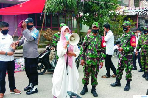Danramil 06/Singkarak Kapten Chb Endri Budiman,S bersama anggotanya mendisiplnkan warga dan membagikan masker kepada masyarakat. JON