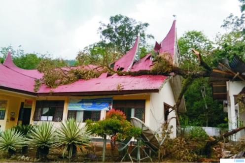 Kantor Camat Mapat Tunggul Selatan (Matuse) Kabupaten Pasaman, hancur ditimpa pohon durian besar, Kamis (02/07/2020) sore. IST