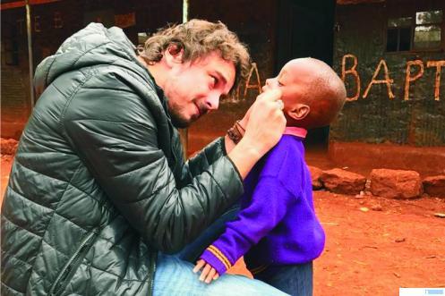 Dokter gigi Felipe Rossi memeriksa kondisi gigi seorang anak. Dokter gigi ini rela berkeliling dunia guna membantu kesehatan gigi orang-orang ompong. NET