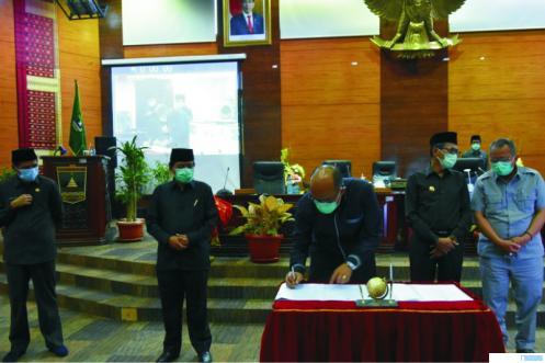 Ketua DPRD Sumbar, Supardi menandatangani naskah kesepakatan pendapatan Provinsi Sumbar dalam KUA PPAS 2021. HUMAS DPRD SUMBAR