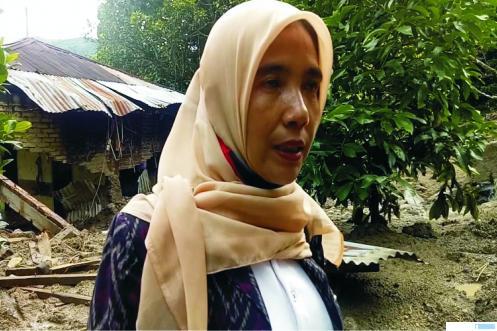Anggota DPRD Kabupaten Tanah Datar, Kamrita, meninjau lokasi tanah longsor di Nagari Sumpur, Kecamatan Batipuh Selatan, Kabupaten Tanah Datar, Jumat (05/06/2020). JON