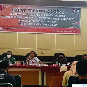 Ketua KPU Dharmasraya Maradis MA didampingi komisioner lainnya dan Sekretaris KPU Yendrizal saat memimpin Rapat Pleno Penetapan DPT, Kamis (15/10/2020). DI