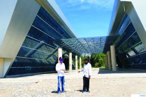 H. Maskar Dt. Pobo (kiri) saat berkunjung ke Gedung Monumen Nasional PDRI di Jorong Aia Angek, Nagari Koto Tinggi, Kabupaten Limapuluh Kota, beberapa waktu lalu. IST