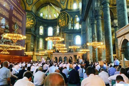 Suasana Shalat Jumat di Hagia Sophia, Jumat (24/07/2020). Turki mengubah kembali fungsi Hagia Sophia dari museum menjadi masjid sejak 10 Juli 2020. Kemarin adalah shalat Jumat perdana kembali di masjid tersebut. NET