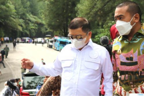 Menteri Bappenas Suharso Monoarfa didampingi Wagub Sumbar Audy Joinaldy saat meninjau lokasi pembangunan Fly Over Sitinjau Lauik, Kamis (08/04/2021). NET