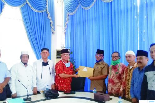 Ketua Forum Tuah Basamo Peduli Pasbar, Ahmad Namlis menyerahkan berkas pokok pikiran forum itu kepada Bupati Pasbar H. Yulianto, Senin (20/07/2020) di Kantor BUpati Pasbar. RIZAL