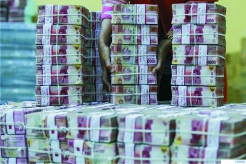 Tumpukkan uang pecahan Rp100.000. Pemerintah berencana membayarkan gaji ke-13 ASN pada pekan pertama Bulan Juni 2021. NET