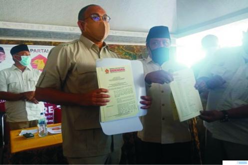 Ketua DPD Partai Gerindra Sumbar Andre Rosiade memperlihatkan SK Rekomendasi dari Partai Gerindra yang menunjuk H. Maryanto dan Yulisman berpasangan sebagai Cabup dan Cawabup di Pilkada Pasbar 2020. RIZAL