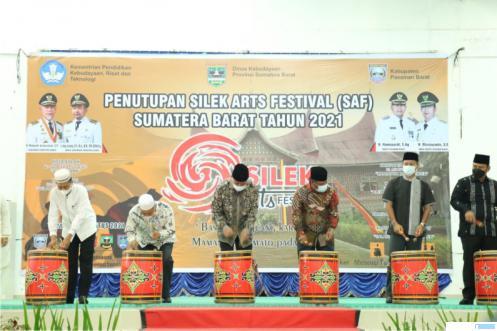 Gubernur Sumbar Mahyeldi menutup kegiatan Silek Art Festival (SAF) 2021 di Balairung Tuah Basamo, Kabupaten Pasaman Barat (Pasbar), Selasa (31/08/2021) malam. IST