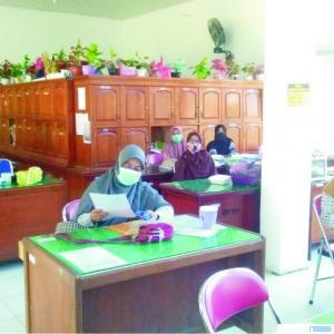Para guru dan pegawai SMPN 1 Luhak Nan Duo Pasbar yang akan mengikuti tes swab Covid-19 guna menjamin keberlangsungan dan kenyamanan proses belajar tatap muka di sekolah itu. RIZAL