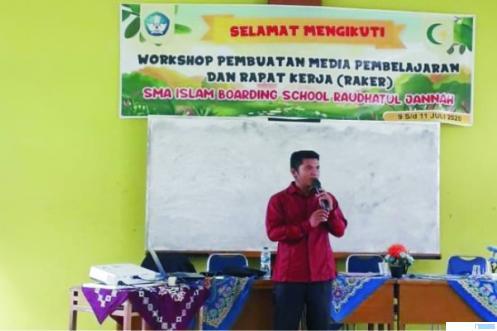 Idris, Wakil Kepala SMP Islam Raudhatul Jannah Payakumbuh yang mengembangkan model pembelajaran jarak jauh (PPJ) yang disambut baik oleh dunia pendidikan. Bahkan Idris diminta memberikan pelatihan di beberapa daerah di Sumbar. IST