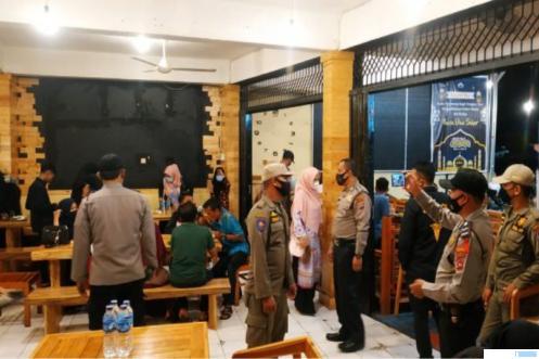 Tim Satgas Covid-19 Kota Payakumbuh membubarkan acara keramaian di salah satu kafe di kota tersebut. DOK/KOMINFO
