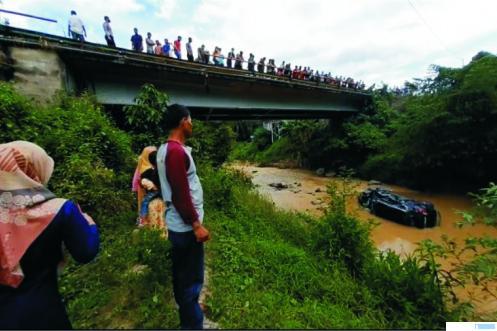 Pajero Sport BA 1194 VL yang dikemudikan Masrul (68) terjun ke sungai di Nagari Gunung Medan, Kabupaten Dharmasraya, Minggu (03/01/2021). Sebelum nyemplung ke sungai, Pajero sempat menabrak sepeda motor dan mobil Toyota Kijang. TRIBUN SUMBAR