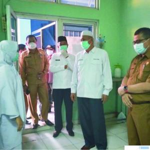 Bupati dan Wakil Bupati Pasaman Barat (Pasbar), H. Hamsuardi dan H. Risnawanto saat menyaksikan langsung pelayanan kesehatan di RSUD Jambak, Pasbar, Selasa (02/03/2021). RIZAL