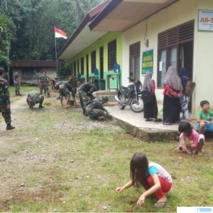 Anggota Kodim 0306/50 Kota bergotong royong bersama warga membersihkan lokasi Posko TMMD/N di Nagari Talang Maur, Rabu (16/06/2021). IST