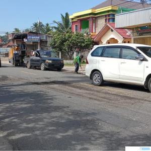 Pekerjaan perbaikan Jalan Raya Sumbar-Riau di Tanjungpati, Kabupaten Limapuluh Kota, Minggu (03/10/2021). Pengendara mesti hati-hati, karena banyak lubang menganga di jalan raya tersebut. ERZ