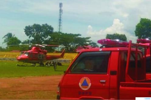 Helikopter BNPB yang mendarat, Jumat (11/09/2020) di Lapangan Singa Harau, Kabupaten Limapuluh Kota. Helikopter ini membawa bantuan untuk korban bencana banjir dan warga yang terdampak Covid-19. JON