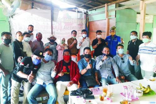 Plt. Kabag Humas Kabupaten Dharmasraya, Irwan Zamrud, SH, MH bersilarahmi dengan wartawan setelah menerima SK mutasi dari Bupati Dharmasraya. IST