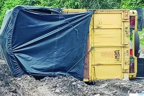 Truk cold diesel rebah kuda di Jalinsum perbatasan Kabupaten Dharmasraya dengan Kabupaten Sijunjung, Sabtu (16/05/2020). Di lokasi yang sama sudah tiga kali kejadian dalam sepekan ini. MARYADI