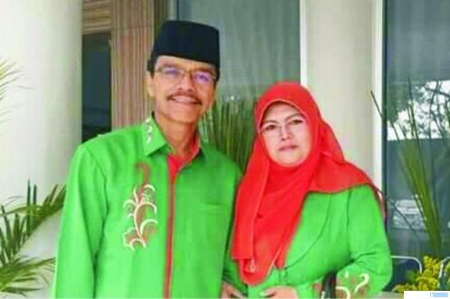 Almarhumah Hj. Guswendri bersama suaminya H. Safaruddin Dt. Bandaro Rajo yang juga Cabup Limapuluh Kota. Hj. Guswendri meninggal dunia, Kamis (29/10/2020) di kediamannya di Kelurahan Tanah Mati, Kec. Payakumbuh Barat. NET