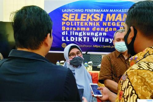 Wakil Rektor II ITP Yusreni Warmi, Dr. Eng saat diwawancara wartawan. IST