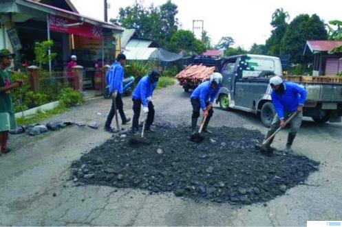 Dinas PUPR Kota Payakumbuh menimbun lubang-lubang besar yang menganga di Jalan Ahmad Dahlan, kawasan  Talawi Kelurahan Ompang Tanah Sirah, Kecamatan Payakumbuh secara swadaya. Jalan ini merupakan jalan nasional. HUMAS