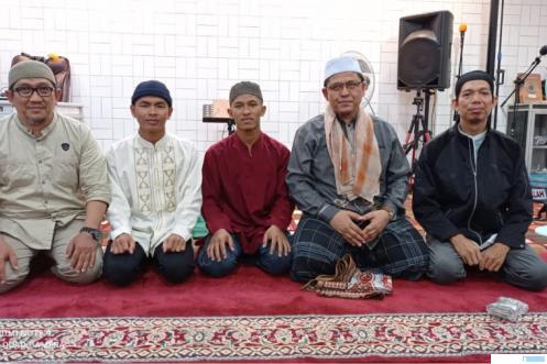 Penulis bersama ta'mir masjid Muslimin,Ustadz Anton (pertama dari kiri), Ustadz Rinal (pertama dari kanan), dan calon mahasiswa yang akan berangkat ke Mesir dan Sudan, Zikri (dua dari kiri), dan Ardian (tiga dari kiri). Kedua pelajar ini dari Pesantren Darul Muwahhidin Padang Panjang. IST