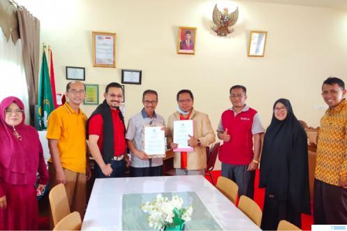 Dr. Yulkifli Amir, M.Si., (kanan) dan Agustaman,S.Ag., Kepala MAN-MAPK Koto Baru Padangpanjang (kiri) didampingi perwakilan pengurus usai penyerahan SK Pengurus IKA PGA/PGAN/MAN/MAKN/MAPK periode 2021-2025,Sabtu (17/04/2021). IST