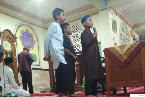 Tiga murid MDTA Masjid Baitussalam Koto Baru Balai Janggo Payakumbuh tampil menjadi pembawa acara dan juga membacakan hafalan quran mereka di depan jamaah malam Bulan Ramadhan. Kegiatan ini untuk melatih dan mengasah kemampuan serta rasa percaya diri mereka. ERZ