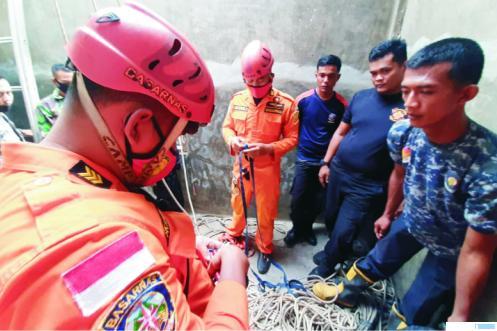 Petugas Tim Basarnas dan BPBD Pasbar memberikan pertolongan atau evakuasi terhadap Zairah (16 bulan) yang jatuh ke dalam sumur, Senin (13/07/2020) siang. Setelah berjibaku sekitar 4 jam, evakuasi berhasil dilakukan, tapi Zairah sudah dalam keadaan tewas. RIZAL