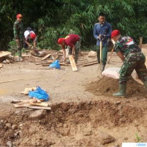 Satgas TMMD ke-111 Kodim 0306/50 Kota tengah berjibaku menyelesaikan objek pembangunan Jalan Talang Maur-Maek, Minggu (11/07/2021). DOK. SATGAS TMMD