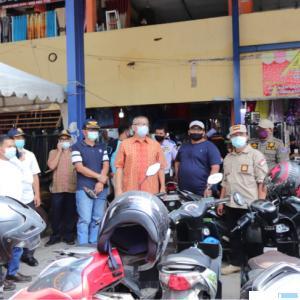 Walikota Payakumbuh Riza Falepi dan pimpinan Forkopimda meninjau penerapan prokes di Pasar Payakumbuh. NET